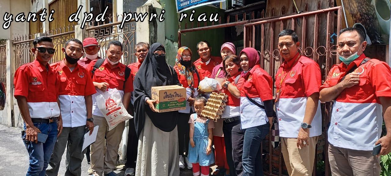 Pengurus DPD PWRI Riau Bagi Sembako Sambut Ramadhan 1442 Hijriah