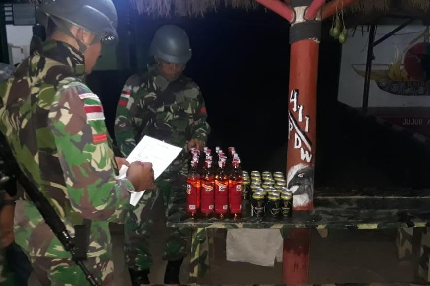 Satgas Pamtas RI-PNG Amankan Minuman Keras dari Supir Taksi di Perbatasan