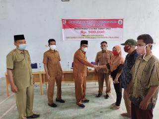 Pj Kepala Desa Kampung Baru Serahkan Bantuan Sosial Tunai(BST) Secara Simbolis